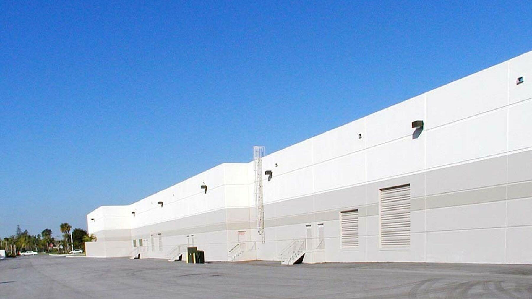 DPM-PBC01003-Northpoint-1400-Dock-Doors-2-Photo.jpg